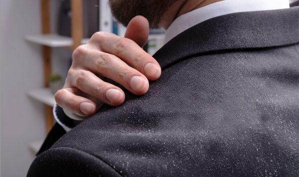 やっぱり気になるスーツのシワ。簡単な取り方教えます!