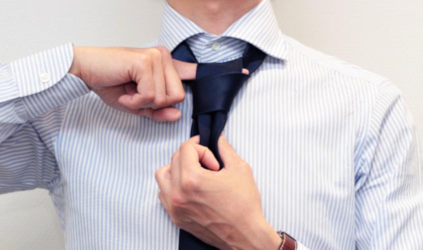 ネクタイのディンプルの指の入れ方