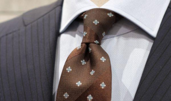 ネクタイのディンプルのおしゃれな作り方、コツは指1本の使い方