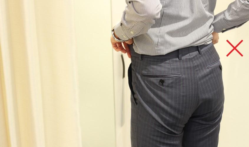 スラックスの履き方で裾上げ位置が変わる