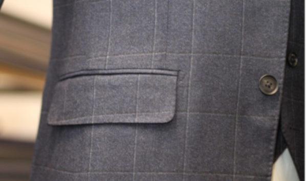 スーツのポケットのフタはなぜついてる?その役割とは?