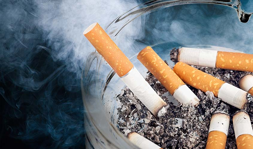 タバコの煙がスーツに