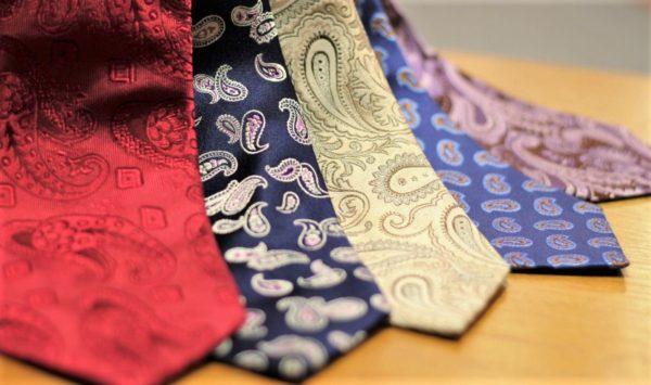 脚光を浴びているペイズリー柄ネクタイの合わせ方