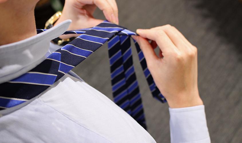 プレーンノットのネクタイの結び方②
