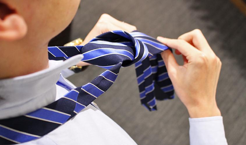 プレーンノットのネクタイの結び方④