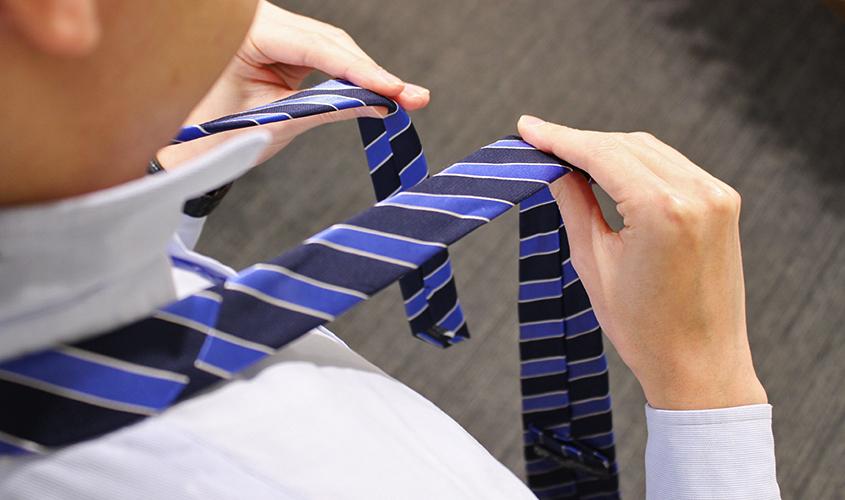 プレーンノットのネクタイの結び方①